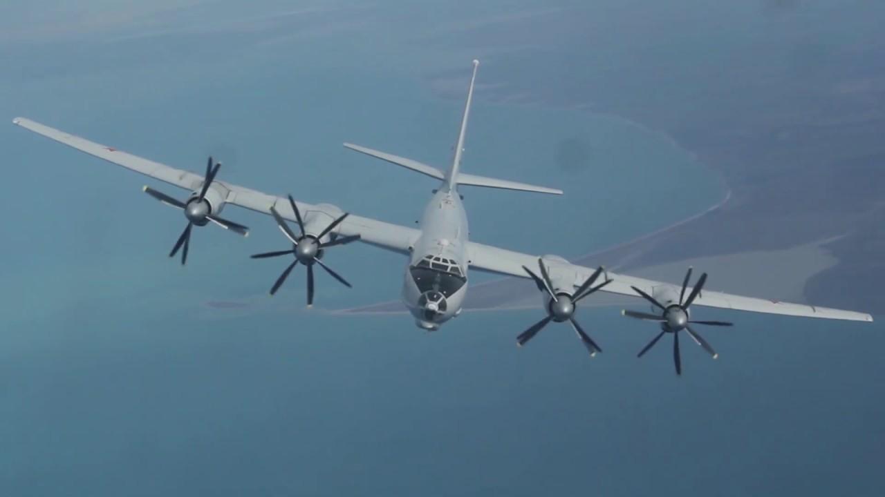 Дозаправка Ту-142 и Су-30СМ в небе над Крымом