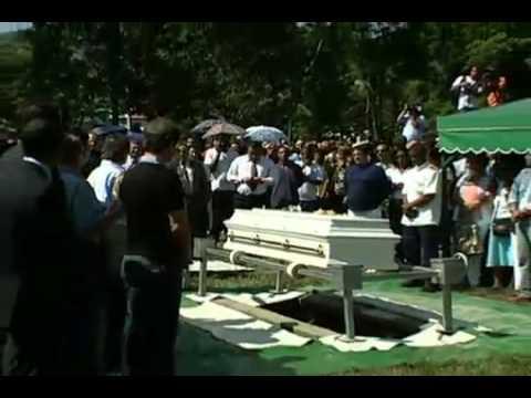 Roberto Carlos se emociona no enterro de Lady Laura.mp4