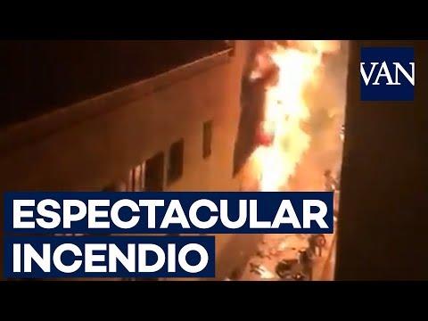 Espectacular incendio en un local de Barcelona