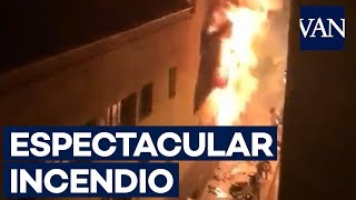 Espectacular incendio en un local de Barcelona
