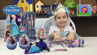 Anna Paints Elsa's Nails Different Colors! Elsa and Anna Make-Up Beauty Kit