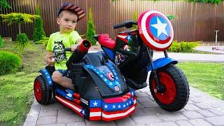Артур играет в Супергероя Распаковывает и собирает спортивный мотоцикл игрушку Капитан Америка