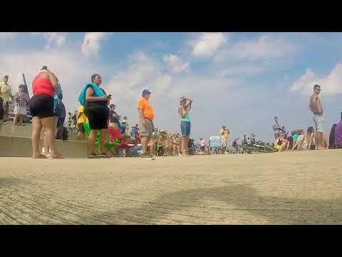 avion de combate asusta a espectadores en una playa de chicago