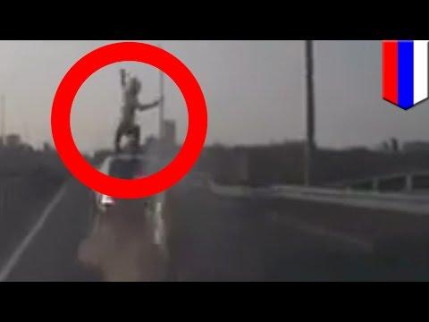 Сбитый мотоциклист перекувырнулся в воздухе и приземлился на крышу движущейся машины