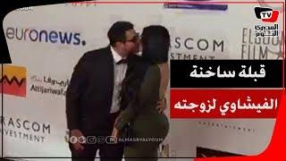 قبلة ساخنة من أحمد الفيشاوي لزوجته علي الريد كاربت في العرض الأول لفيلمه «عيار ناري»