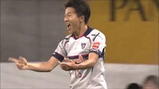 ゴール前に飛び出してパスを受けた永井 謙佑(FC東京)が高く弧を描くル...