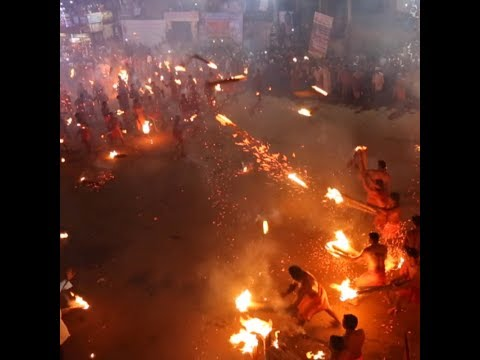 """Индусы устроили перестрелку горящими факелами на """"огненной битве"""" в Кейтиле"""