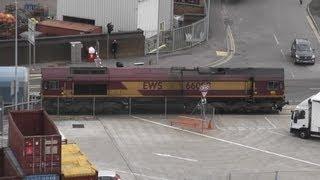 Class 66 66098 arrives at Southampton Docks 16th April 2013