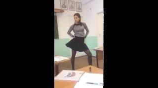 Школьница танцует 3