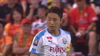 サイドチェンジからゴール前に供給されたクロスボールを小林 悠(川崎F...