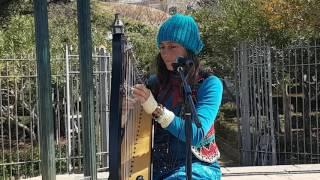 Cantante callejera tocando el Arpa en El Tajo de Ronda