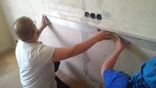 Плитка на кухне  фартук как клеить , начало работ(Видео работ по отделке и ремонту квартир,с начало крепим направляющую на алебастр, затем плитка ничего..., 2016-05-28T21:43:29.000Z)