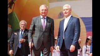 Смотреть видео Мэр Москвы наградил на празднике Абрикос Сергея Календжяна онлайн