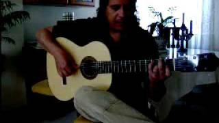 Miguel Ochando prueba una guitarra Aarón García