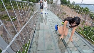 видео: Стеклянный мост в Китае! Жутковато))))