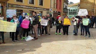 Concentración de usuarios de polideportivos contra el Gobierno local de Oviedo