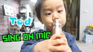 第一次拿麥克風唱歌 唱出鬥雞眼了 | 2 yr old Tod Sings Karaoke | 小陶德沛莉 玩具開箱