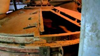 Производство бетона, загрузка автомиксера(Погрузка бетонной смеси в автомиксер на заводе., 2012-04-18T20:22:38.000Z)
