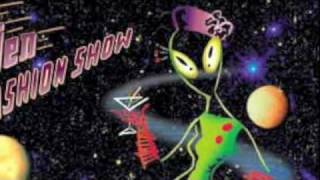Alien Fashion Show - Slim & Sally