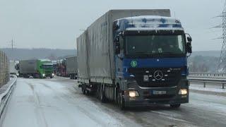 Sniego nuklotuose keliuose įstrigę vairuotojai: kelininkų šiandien nematėme