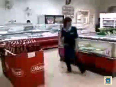 """Ишим.Уборщица супермаркета """"МАГНИТ"""" зажигает в торговом зале.."""