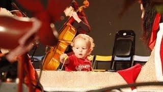 Paseo en trineo (L. Mozart) - Profesores de Musicaeduca - Juventudes Musicales y Lucas bebe de 1 año