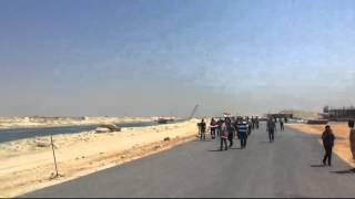 مواطنون يشاركون عمال قناة السويس الجديدة عيد العمال