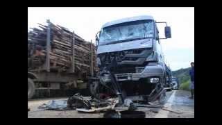 Colisão na rodovia da morte deixa três feridos e destruição