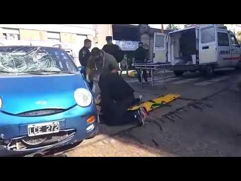 Violento choque entre un auto y una moto en calle 25 de Mayo y Belgrano