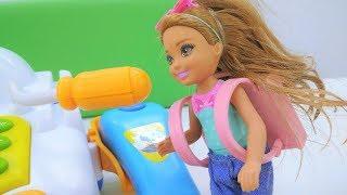 Барби собирает Челси в школу. 1 сентября с Барби