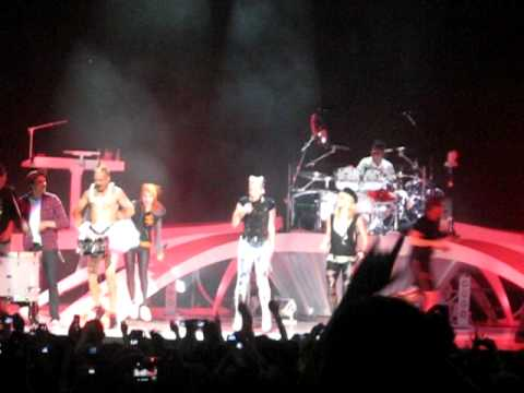 No Doubt ft. Paramore and The sounds at Virginia Beach. The song is Stand and Deliver