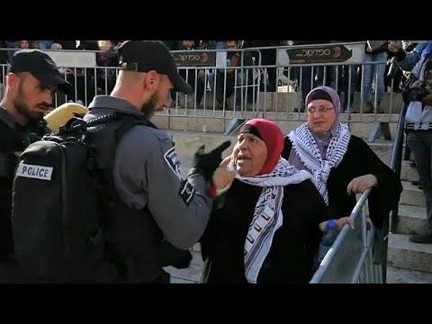 الشرطة الإسرائيلية تقمع وقفة احتجاجية نسوية بالقدس وتعتقل شابة كفيفة …  - نشر قبل 10 ساعة