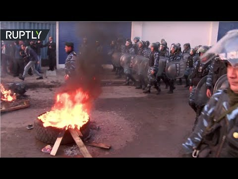 Tear gas & stones: Argentinian police evicts fired factory workers
