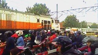 Triple Double Train Passing @ Perlintasan Kereta PJL 78 Stasiun Bekasi