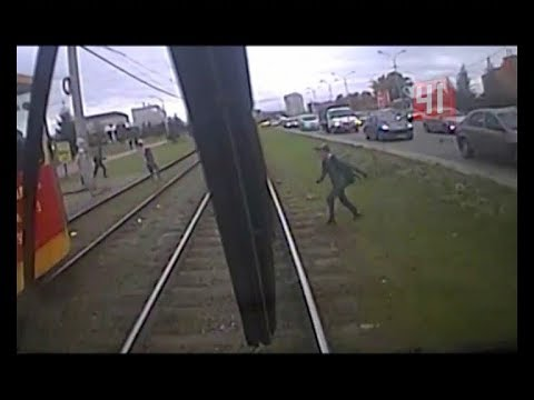 Зацепер попал под встречный трамвай / Новости