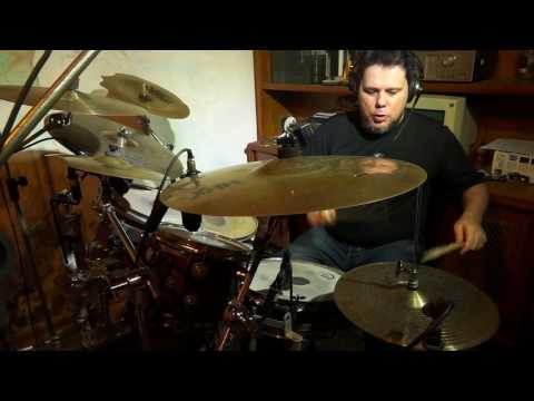 Paulo Jiraya tocando canto de ossanha e capim