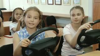 ребенок учится водить машину. Детская автошкола БЦВВМ Барнаул