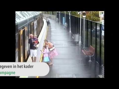 Schokkende beelden: ventje stapt mis, valt op spoor