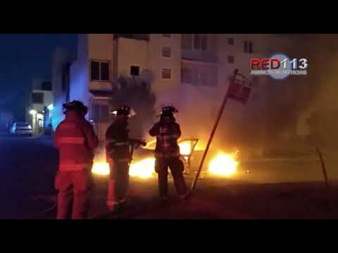 VIDEO Automóvil queda inservible tras incendiarse en Villas del Pedregal