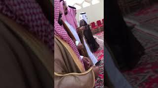 امير قحطان سلطان بن قرمله بعد ترجله من السيارة في طريقة للمكان المعد من قبل الشيخ محمد بن كعبان س