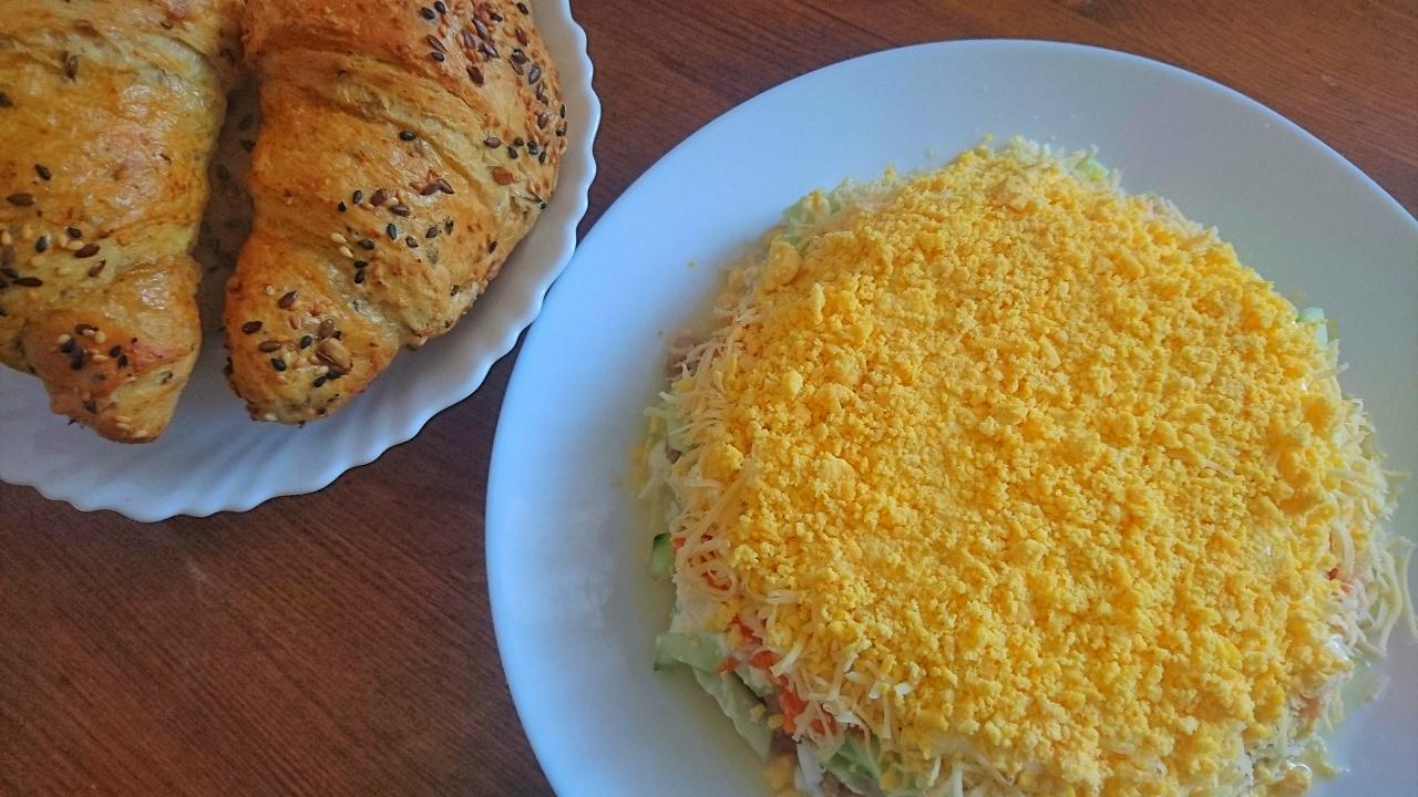 Слоёный салат с консервированным тунцом и огурцом: рецепт ...