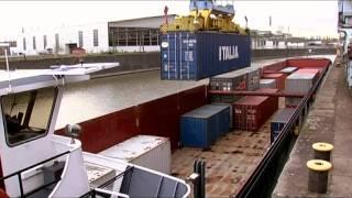 Kräne, Schiffe, Kähne, Container, Schmuggel und Polizei - der Frankfurter Hafen