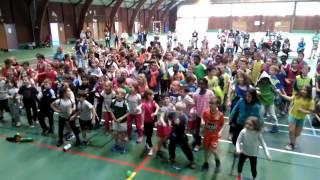 Chorégraphie organisée par les services civiques du comité handball...
