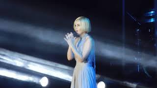 Полина Гагарина поет вживую песню