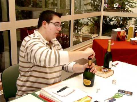 deboucher une bouteille de champagne mode d 39 emploi youtube. Black Bedroom Furniture Sets. Home Design Ideas