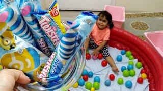 Ayşe Ebrar Algida Twister Dondurmalarını Havuza Düşürdü. Oltayla Dondurmaları Tuttu !