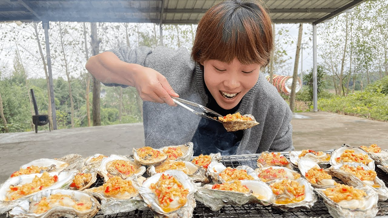 秋妹吃蒜蓉烤生蚝,围着烤架边烤边吃,暖和又巴适!【颜美食】