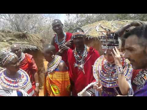 Cerimonia masai tra due italiani.