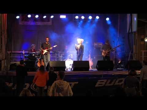 """Jennie DeVoe sings Led Zeppelin's """"Black Dog"""""""