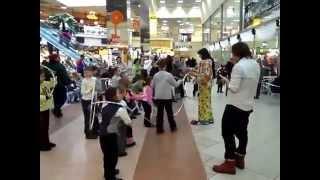 Мастер класс и интерактив детей с  клоуном крутить хула-хуп